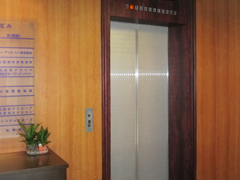 エレベーターに乗って8階へ