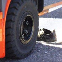 フォークリフトで安全靴を踏む